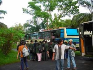 2-menaiki-bus-untuk-berangkat3